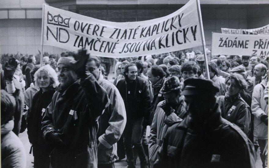"""""""Сотрудники Национального театра в Праге в ходе забастовки 23 ноября 1989 года. Архив Национального театра, автор: Ева Курандова"""