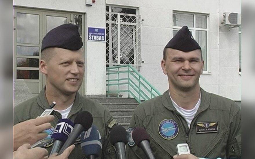 Orlaivio lakūnai majoras Marius Matulaitis ir vyresnysis leitenantas Povilas Stučka