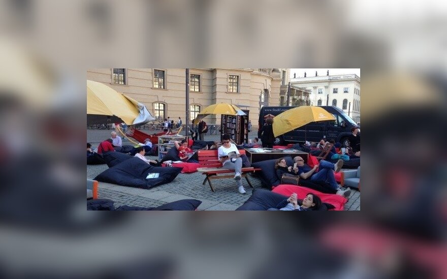 В Вильнюсе для любителей книг - читальня под открытым небом