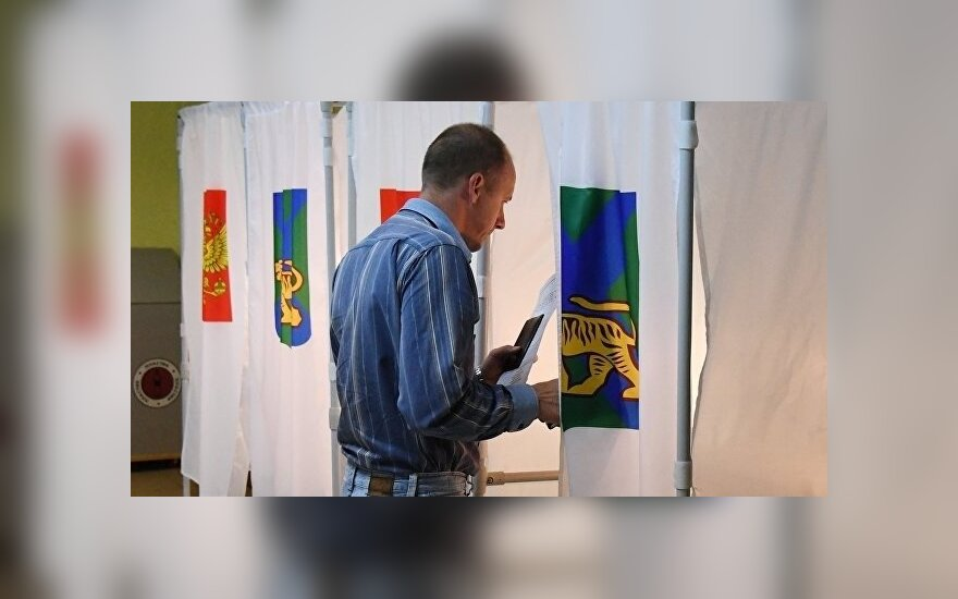 Мужчина голосует во втором туре выборов губернатора Приморского края на избирательном участке во Владивостоке.