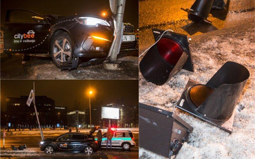 В Вильнюсе молодая женщина за рулём CityBee врезалась в светофор: причина достаточно курьёзна
