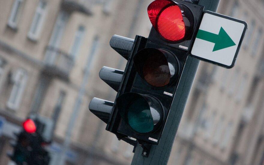 Как поступать водителям, остановившимся у светофора с табличкой поворота направо