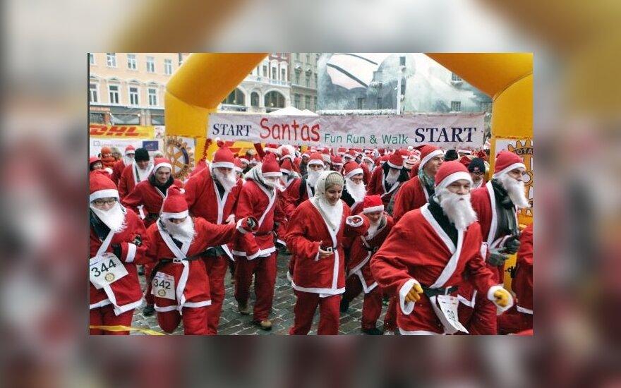 В Латвии рождественский забег собрал 1000 Дедов Морозов