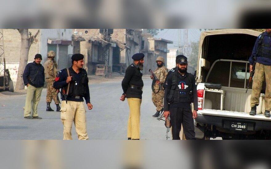Pakistano policija ir kariuomenė atitvėrinėja sprogimo, nusinešusio 20 karių gyvybių, vietą