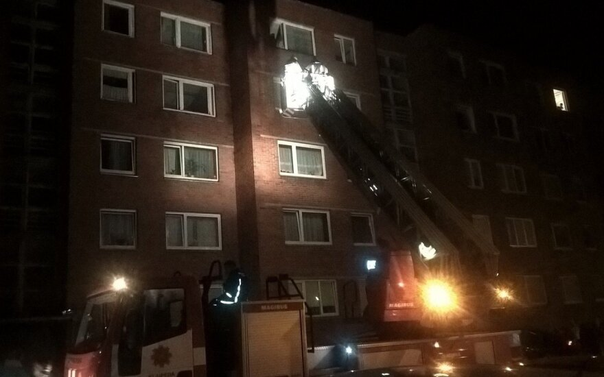 Iš buto penktajame aukšte mažametę išvadavo ugniagesiai.