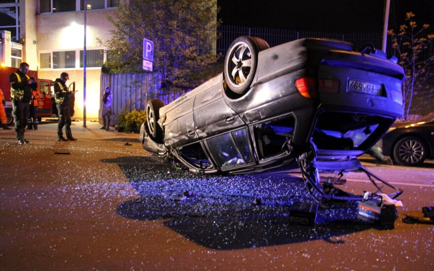 Полиция разыскивает сбежавших водителя и пассажиров перевернувшегося BMW