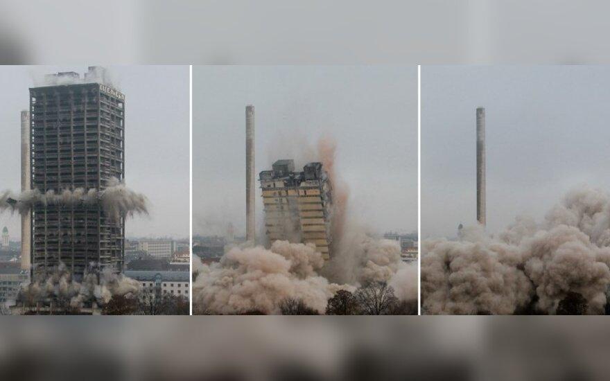 Frankfurte įspūdingai nugriautas Universiteto bokštas