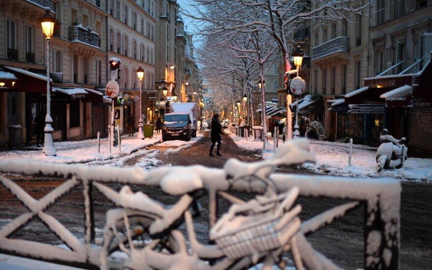 ФОТО: Снегопад парализовал Париж и север Франции