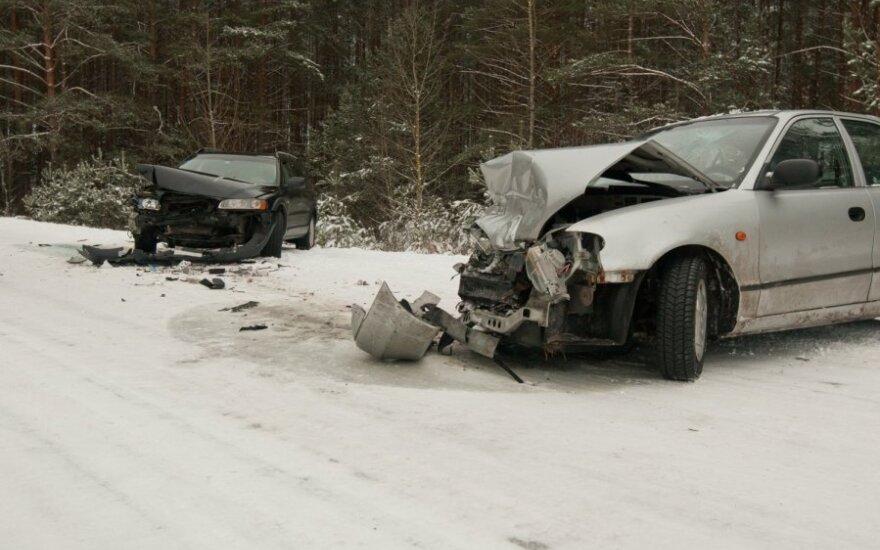 В Вильнюсском районе произошло лобовое столкновение между Volvo и Hyundai, пострадал 5-летний ребенок