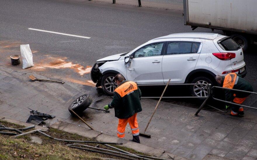 ДТП на основной улице Вильнюса: Kia врезался в ограждение