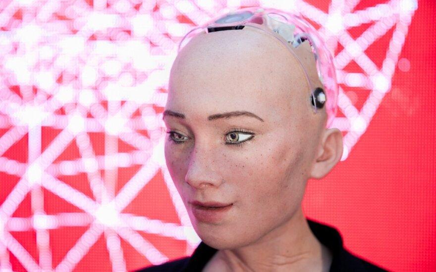 Обещавшая уничтожить человечество робот София возлюбила людей