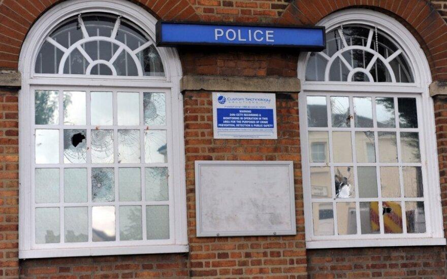 Riaušės plinta JK: nukentėjo ir Birmingemas. Londone patruliuos 16 tūkst. policininkų
