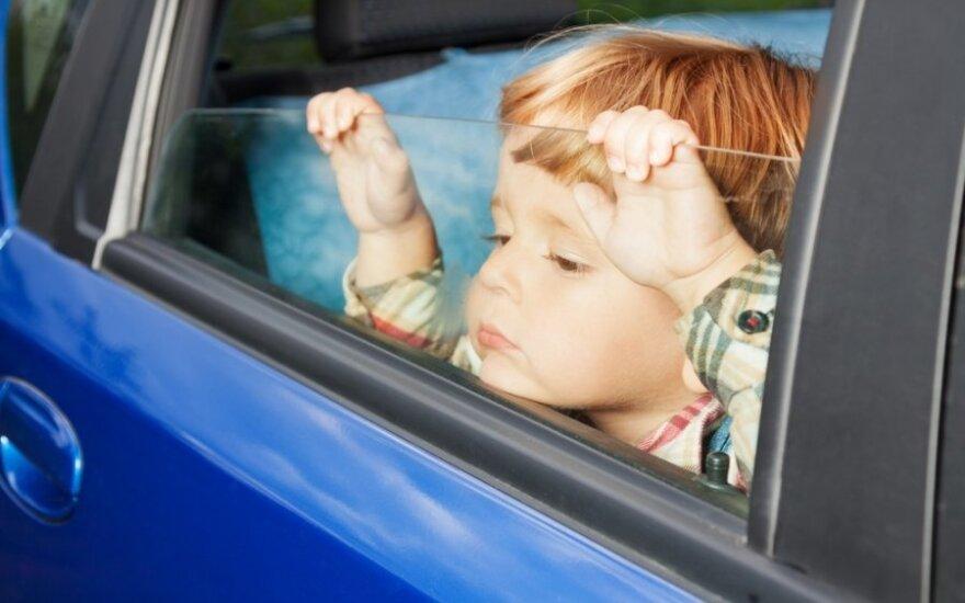 Dziecko zmarło pozostawione w samochodzie. Zobacz jak trzeba reagować w takiej sytuacji