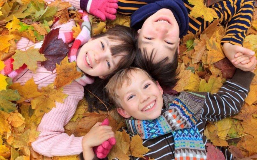 vaikai, brolis, sesuo, ruduo, lapai, žaidimas, linksmybės, išdaigos, berniukas, mergaitė