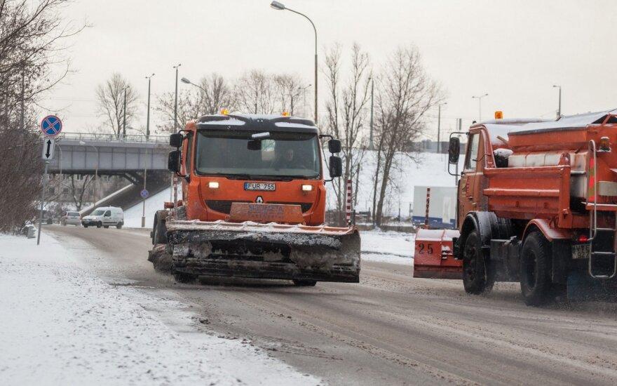Улицы Вильнюса чистят от снега и посыпают