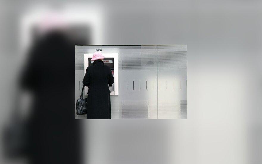 Moteris prie bankomato