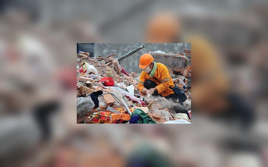 Gelbėtojas dirba žemės drebėjimo vietoje Kinijoje