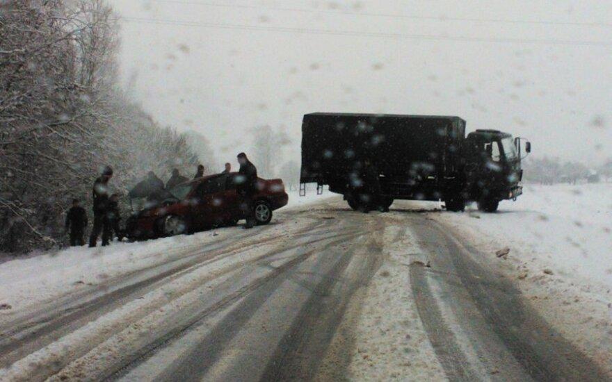 Kelyje Šakiai-Kaunas į avariją pateko karinis sunkvežimis