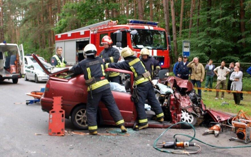 В результате аварии в Каунасе пожарным пришлось вызволять из машины людей