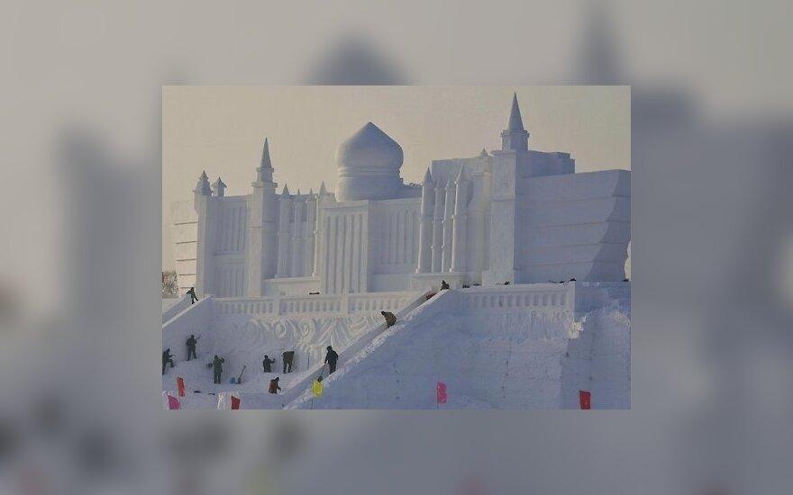 В Харбине создают гигантские скульптуры из снега и льда