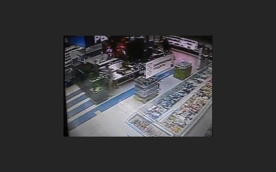 """Неизвестный """"ихтиандр"""" голышом искупался в аквариуме супермаркета"""