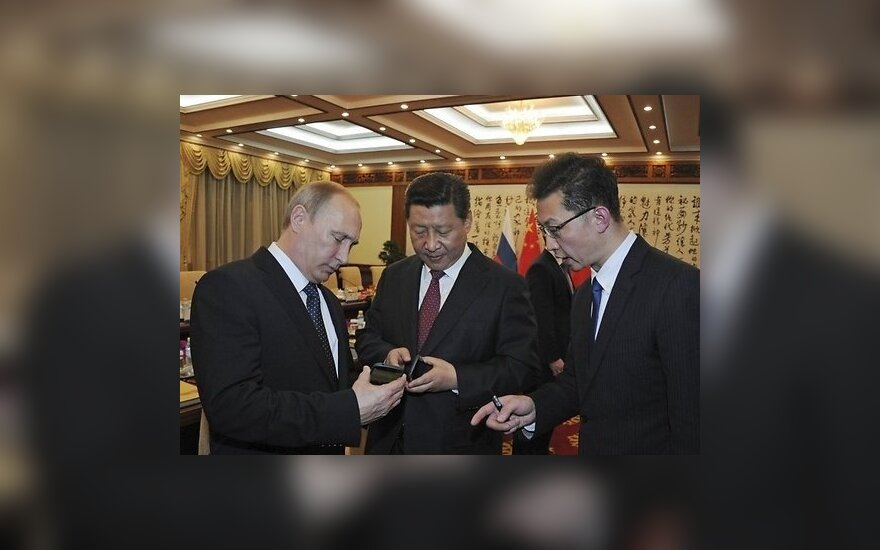 Путин подарил лидеру Китая первый российский смартфон
