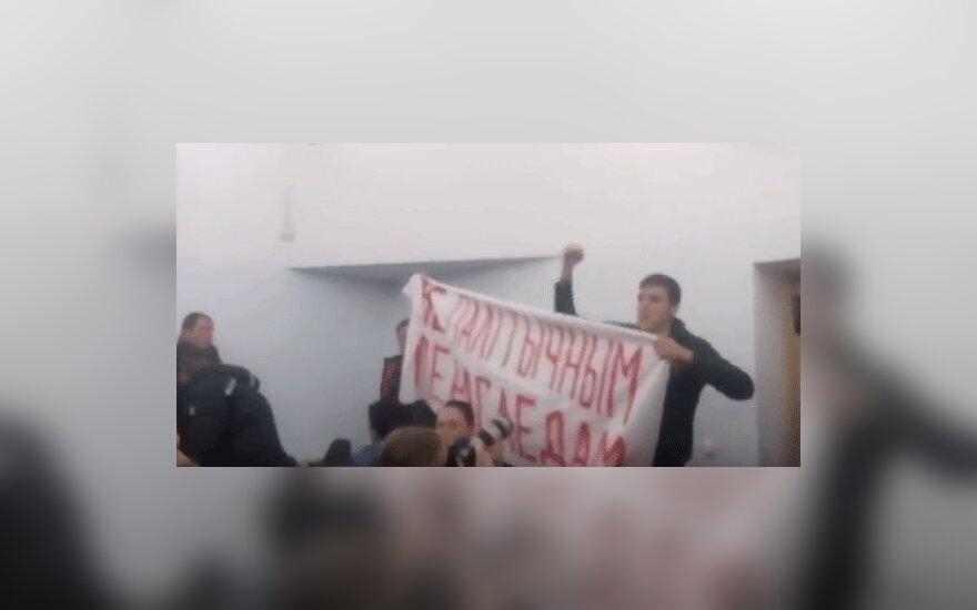 На суде над граффитистами в Минске задержаны два человека