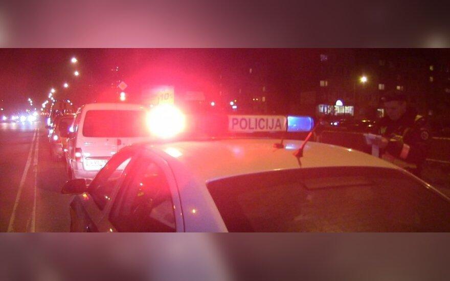 В Паневежском районе автомобиль врезался в ограждения и съехал в реку