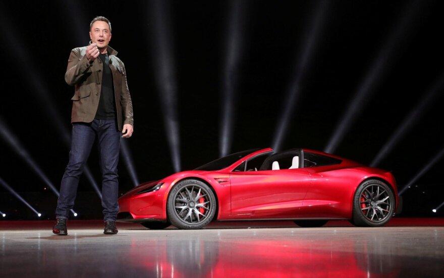"""Elonas Muskas netikėtai pristatė """"Tesla"""" elektrinį rodsterį"""