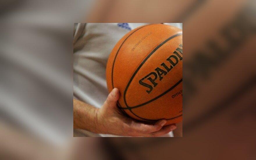 Krepšinio teisėjas su kamuoliu