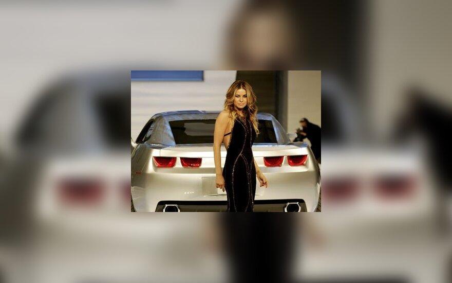"""Modelis ir aktorė Carmen Electra Detroito (JAV) automobilių parodoje pristato """"Chevrolet Camaro coupe"""" automobilį."""