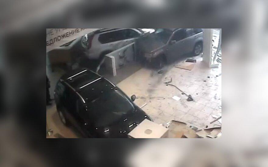 Водитель в автосалон москва как узнать автомобиль в аресте или в залоге