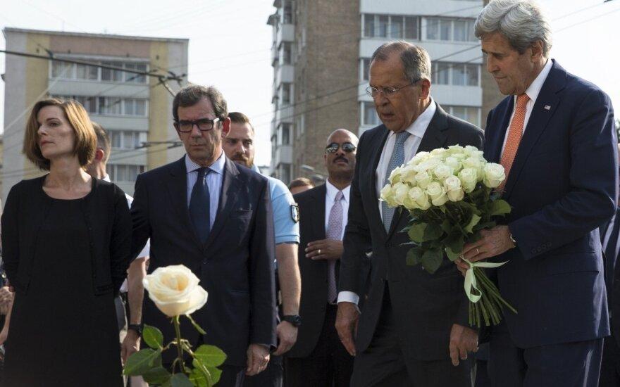 Лавров и Керри возложили цветы к посольству Франции