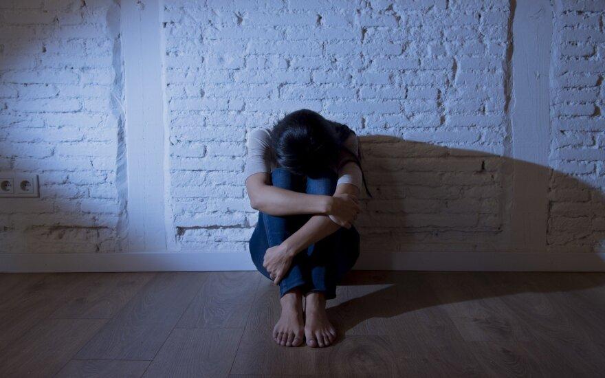 В Каунасе неизвестные ворвались в квартиру и избили ее хозяйку до потери сознания