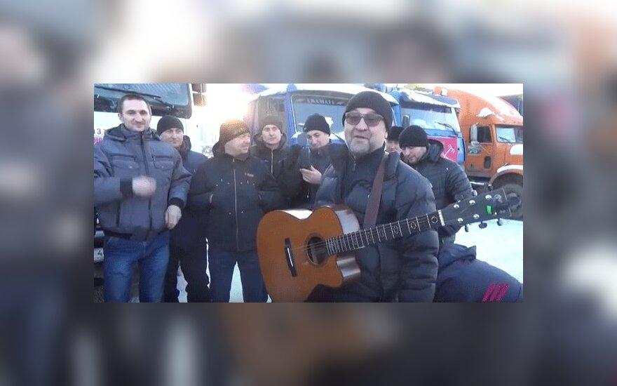 """Шевчук поддержал дальнобойщиков - исполнил песню """"Ты не один"""""""