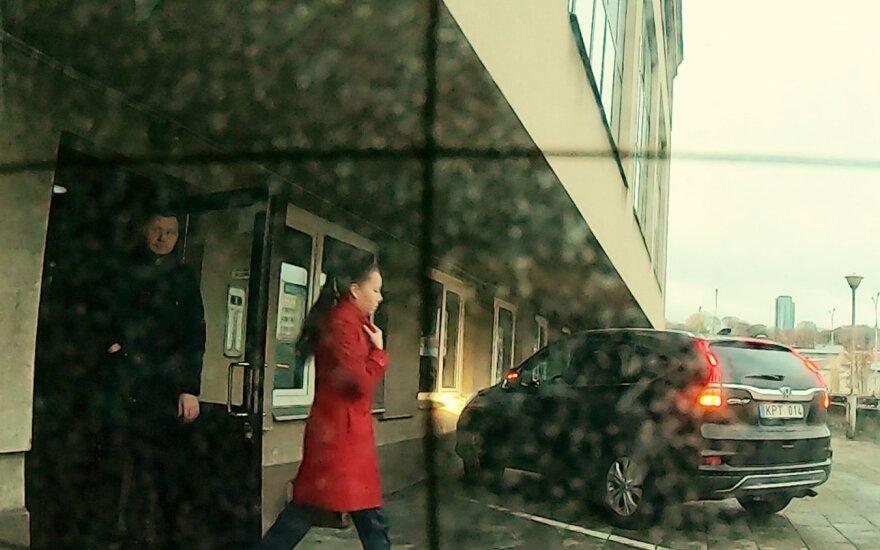 Журналисты наблюдали за сыном Единского не один день: выходил с девушкой, но уверял, что с ней не знаком
