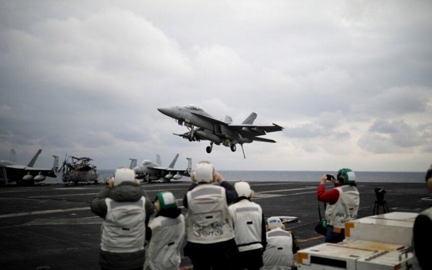 """Lėktuvnešis """"Carl Vinson"""" per karines pratybas kovą"""