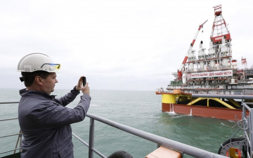 Dmitrijus Medvedevas prie naftos platformos