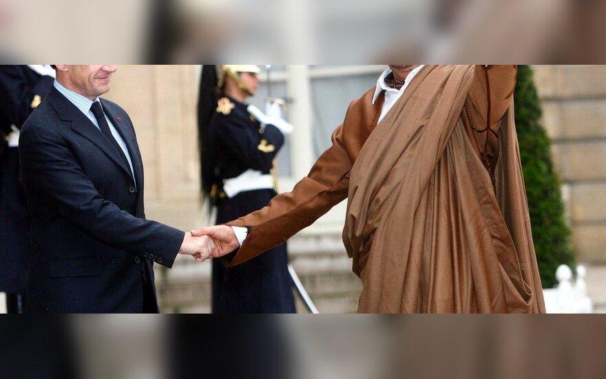 M.Gaddafi lankosi pas Prancūzijos prezidentą N.Sarkozy 2007 m.