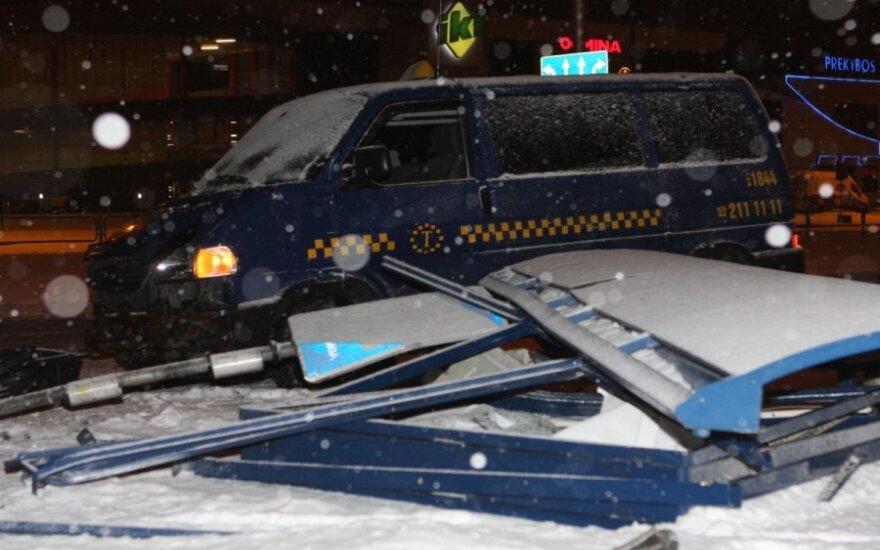 Ночью пытавшийся затормозить таксист снес павильон