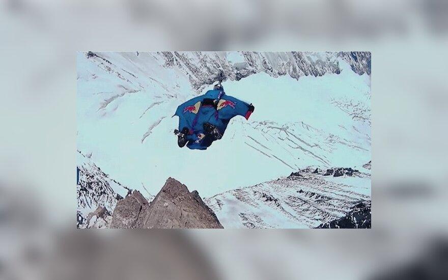 Российский экстремал совершил рекордный прыжок с Эвереста