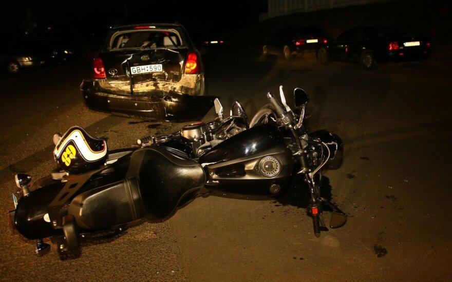 Поздно вечером мотоциклист врезался в стоявший у дороги автомобиль полицейского