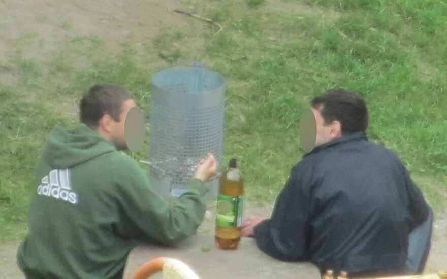 """Vyrai geria """"bambalinį"""" alų"""