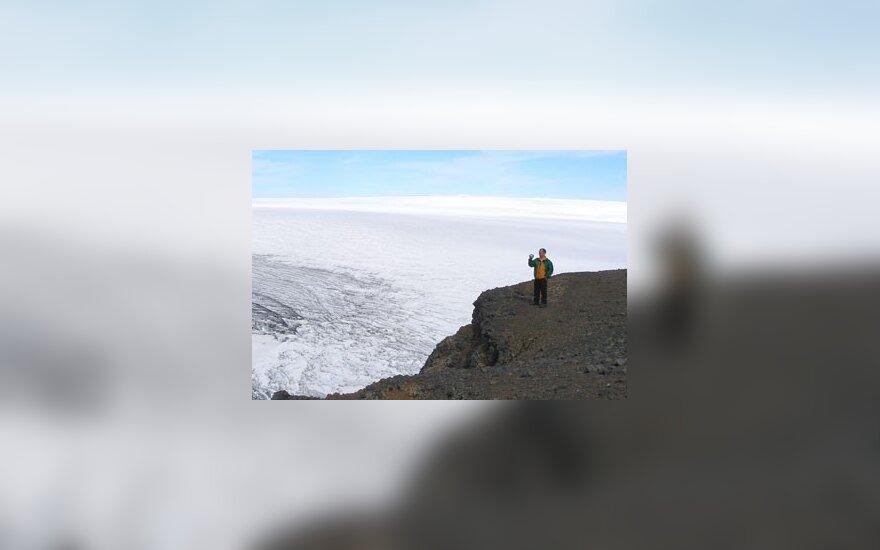 Ant didžiausio Islandijos ledyno. Oro temperatūra +15, kai tuo tarpu papėdėje +16,lyja ir vėjuota. Viltautės nuotr.
