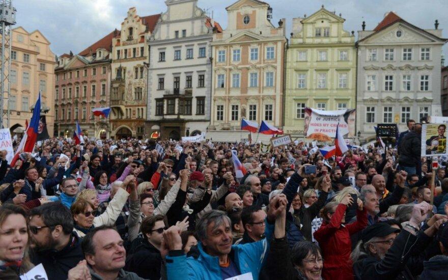 Prahoje tūkstančiai žmonių protestavo prieš vyriausybę