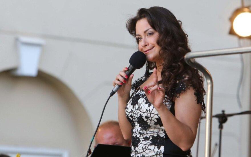Saszenko w roli początkującej piosenkarki