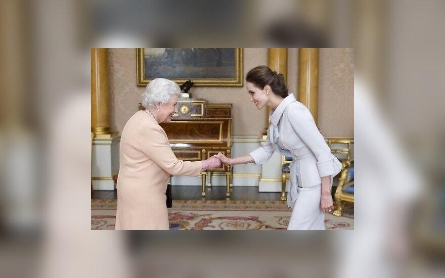ФОТО: Елизавета II сделала Анджелину Джоли почетной дамой