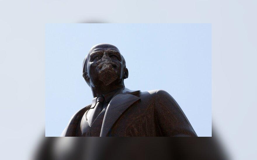 """В Москве на памятнике Ленину написали """"убийца"""""""