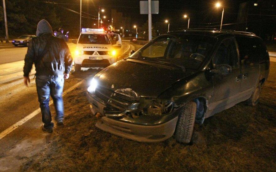 Пьяный водитель задел два автомобиля и врезался в столб