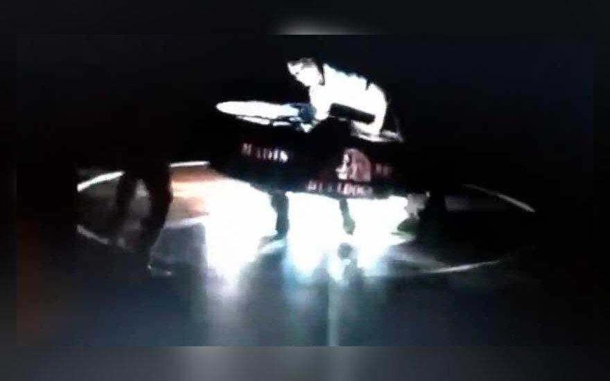 JAV per imtynių varžybas ant vaikino užkrito milžiniškas prožektorius